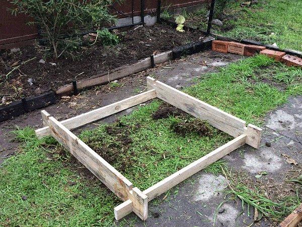 Interlocking Garden Bed Box : Lay the Bottom Row of Boards